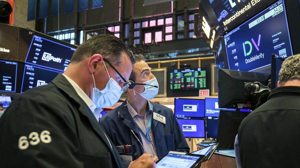 美股三大指數16日續跌,美國聯準會(Fed)官員表示,Fed可能在2023年開始...