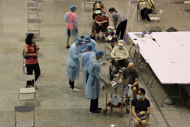 高雄市15日起為87歲以長輩接種疫苗,今晨一老翁傳身體不適緊急送醫。示意圖/高雄市政府提供