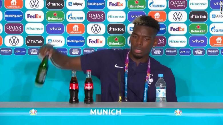 法國中場大將博格巴在戰勝德國的賽後記者會中,同樣將桌上的贊助商、海尼根的無酒精啤...