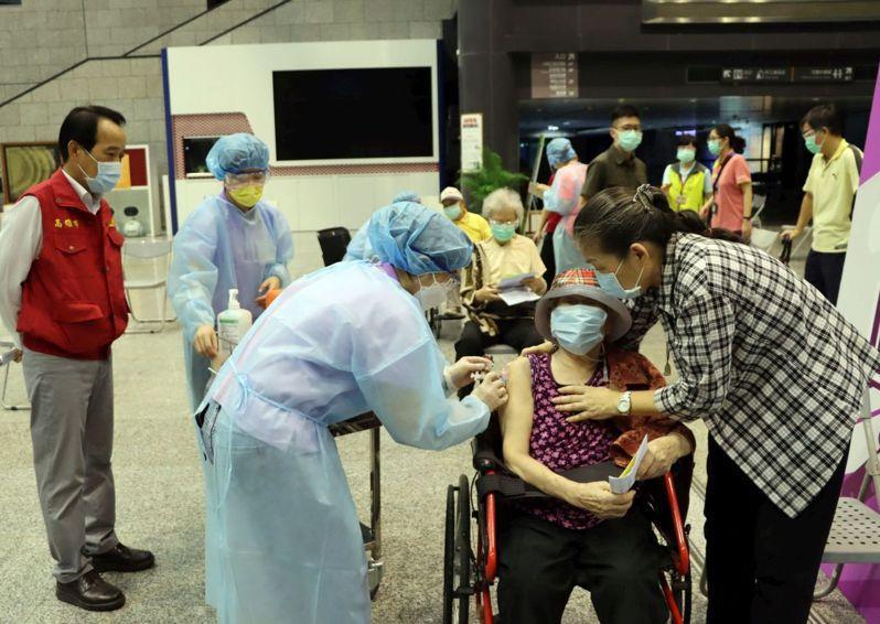 高雄市2天來已為1萬6千多名87歲以上長輩完成接種。圖/高市府提供
