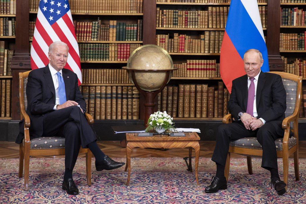 美國總統拜登16日在日內瓦舉行的峰會期間,向俄羅斯總統普亭贈送一副訂製的高級飛行...