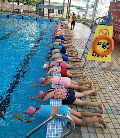 海南要求全省小學畢業生,必須在今年8月底前全部學會游泳。圖為學生正在接受游泳訓練。(取自上海《澎湃新聞》)