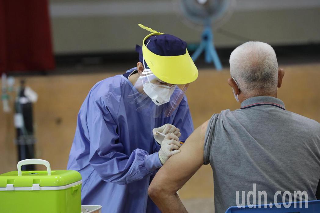 台中市長盧秀燕今日到清水國中快打站視察復康巴士接送長者施打疫苗情形。記者余采瀅/...