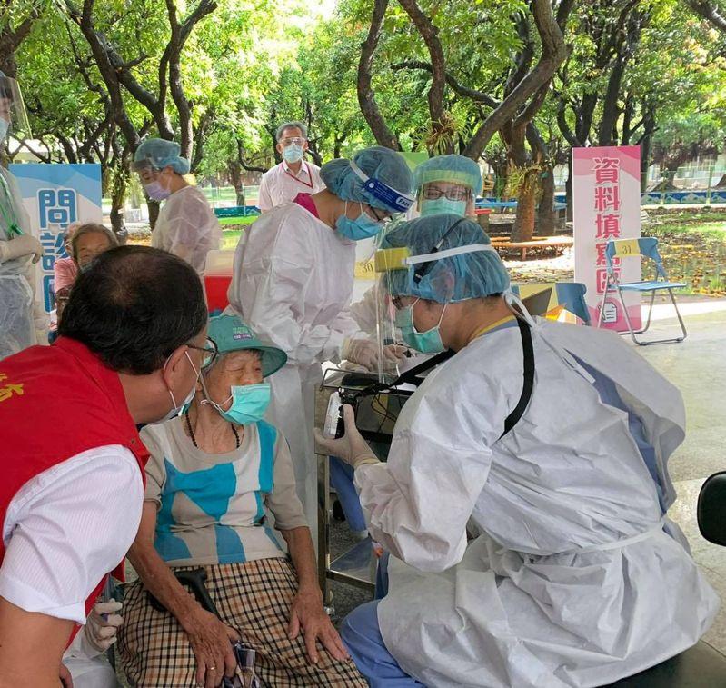 高榮團隊在高雄左營國小幫長輩接種疫苗,顧及長輩耳力不佳,還自備「小蜜蜂」擴音器。圖/翻攝自高市副市長史哲臉書