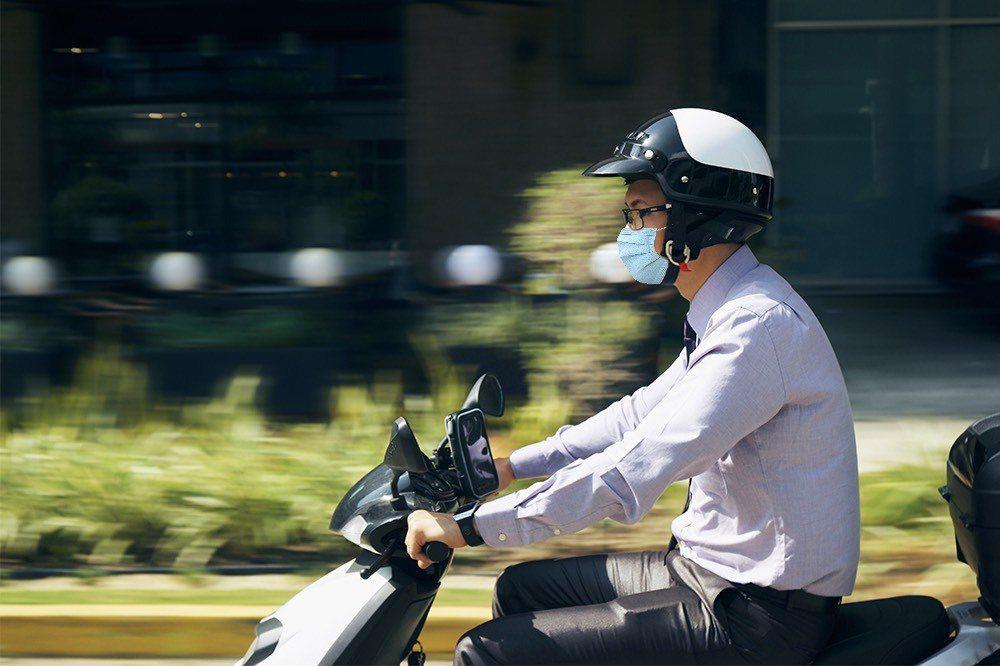 疫情三級警戒,不少人改騎機車上下班。新安東京海上產險/提供