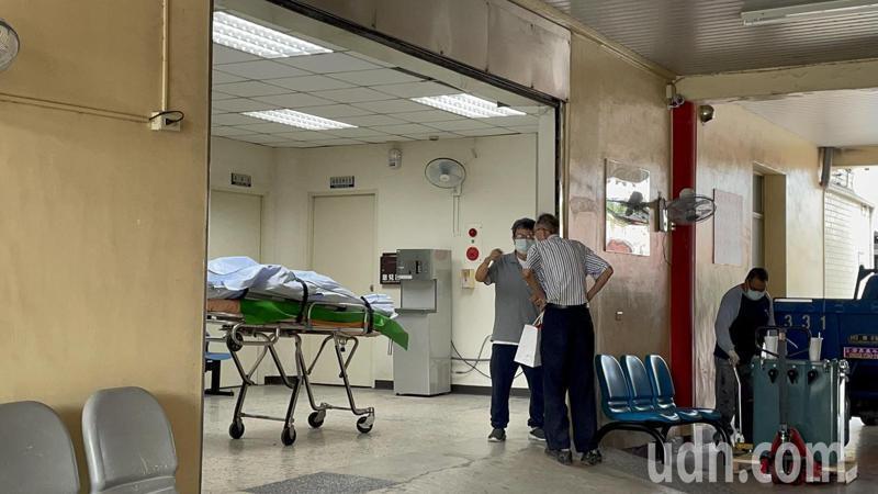 台南警方上午報請檢方相驗,邱翁親友到場,面對媒體則不願多說。記者邵心杰/攝影