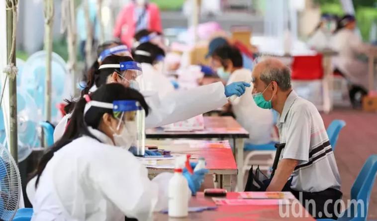 新北市板橋高中疫苗接種站,量額溫示意圖。記者潘俊宏/攝影