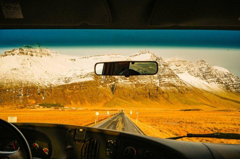 離開冰川後,從車窗遠眺方才健行的山頭,覺得早上的體驗有如進入 魔法結界一般奇幻。 林予晞