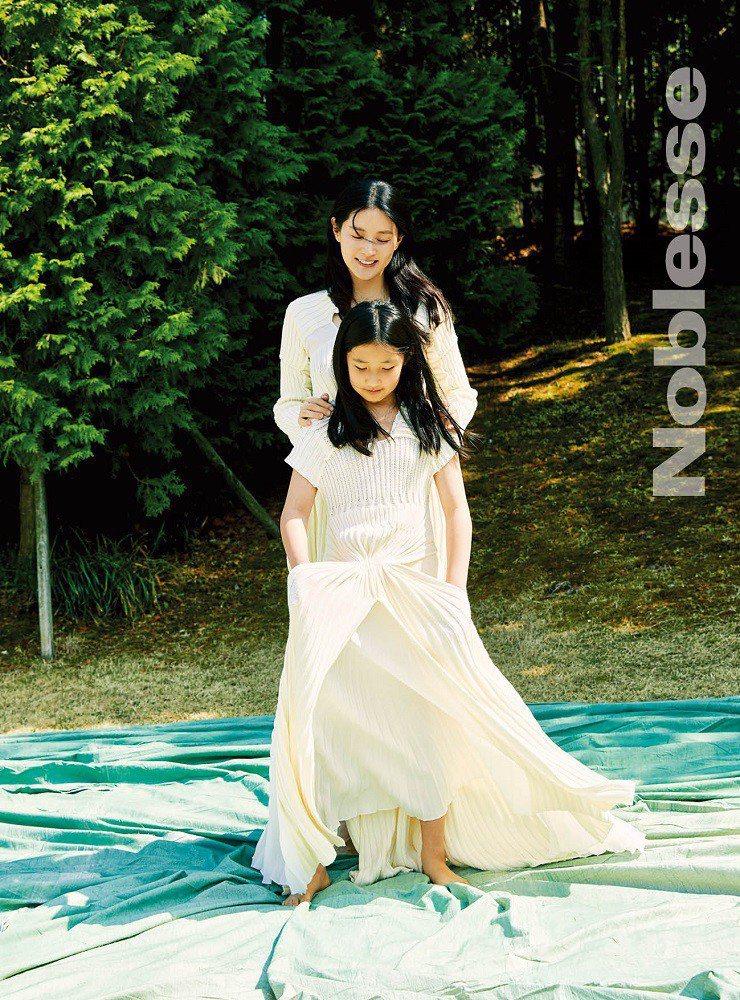 李英愛(後)與愛女承彬拍雜誌寫真,兩人都有女神氣質。圖/摘自推特