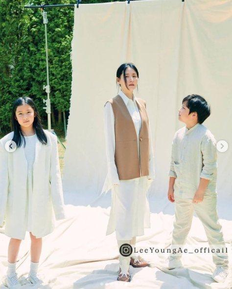 李英愛帶著10歲龍鳳胎一起入鏡。圖/摘自推特