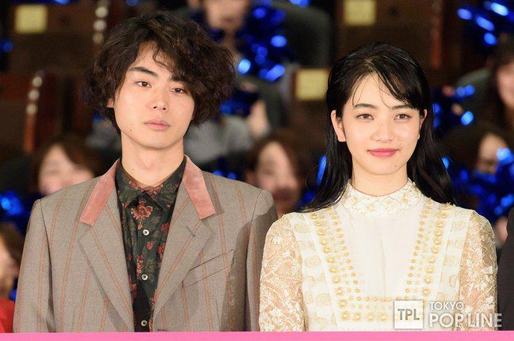 小松菜奈(右)與菅田將暉(左)熱戀中。圖/摘自TOKYOPOPLINE