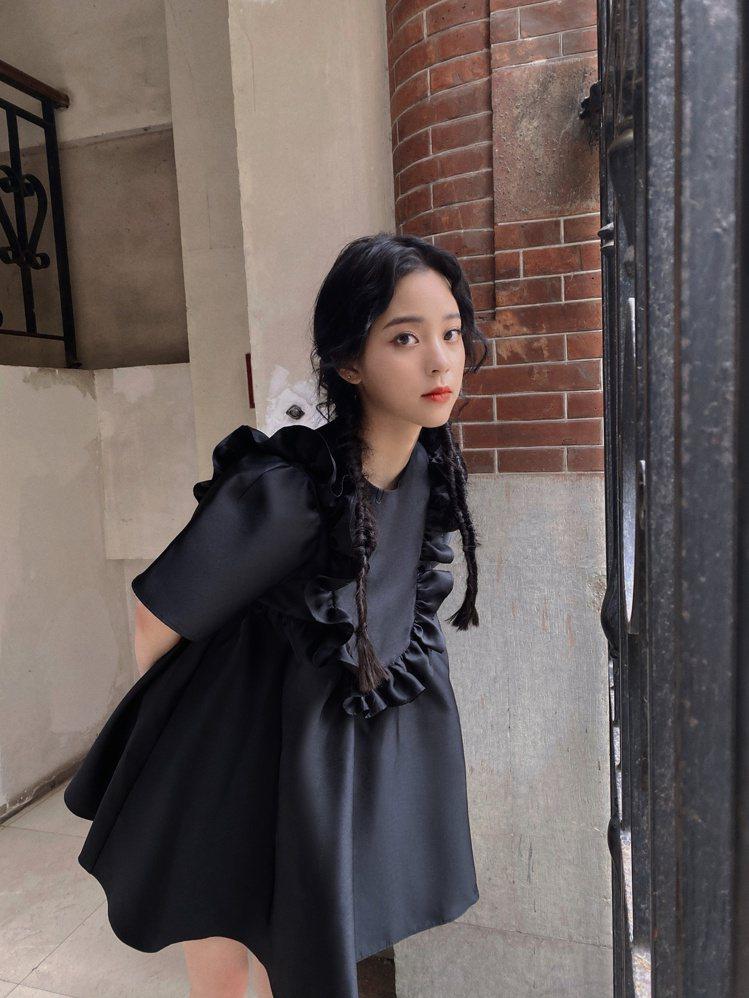 綁了兩個魚骨辮的歐陽娜娜一身黑衣,讓人聯想起《阿達一族》的小女孩星期三。圖/摘自...