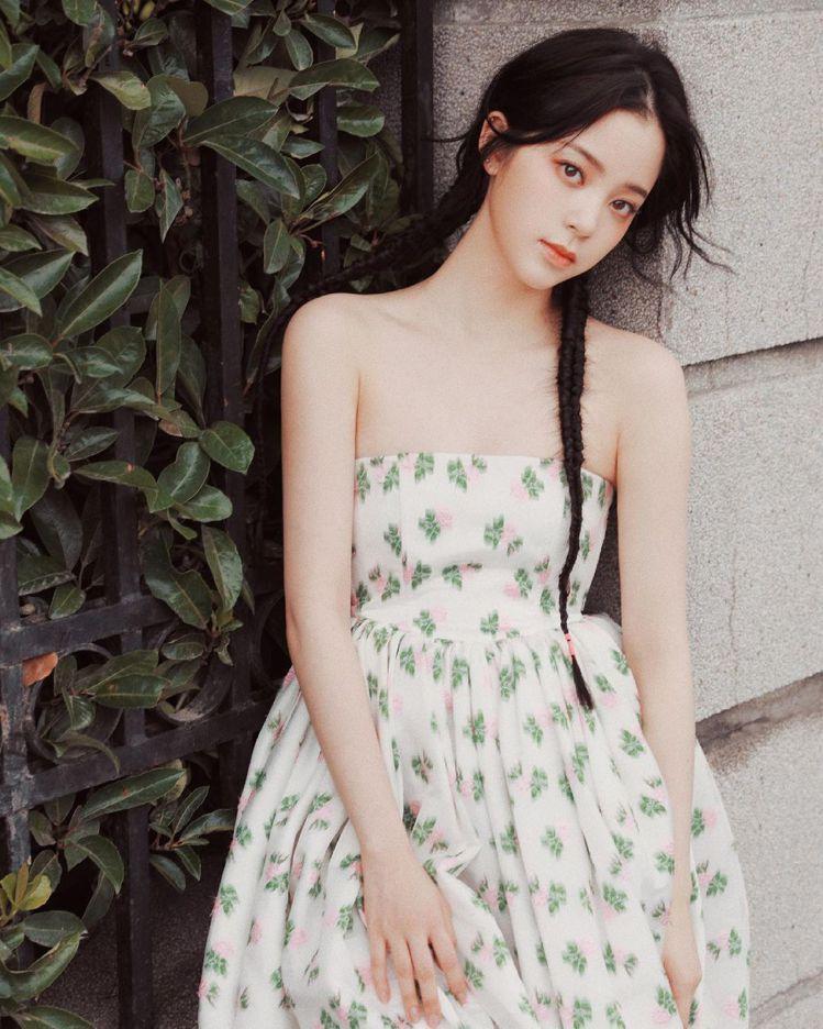 出席香水活動穿的碎花瓶口蓬裙洋裝,則是出自中國設計師馬明Ming Ma的作品。圖...