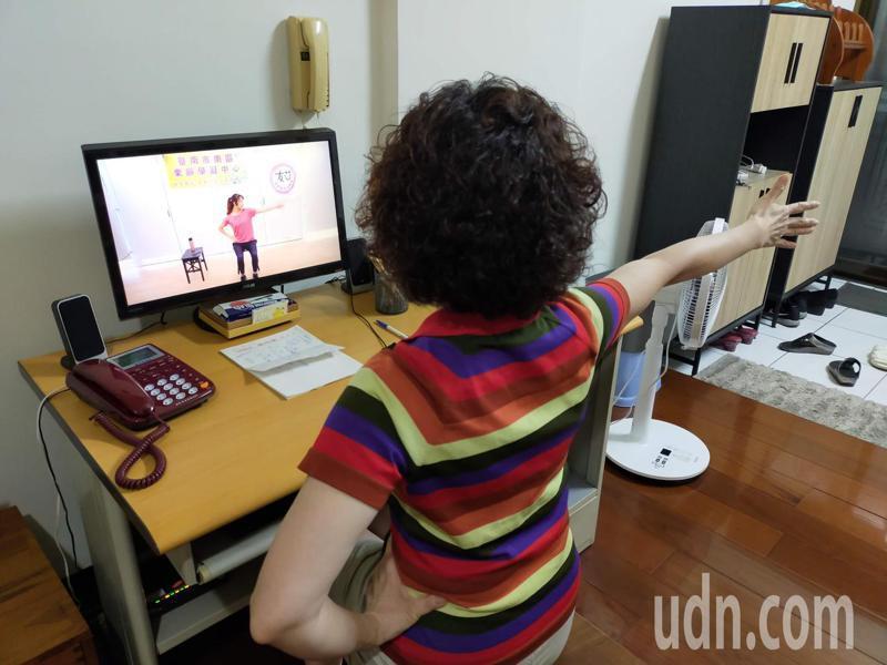台南市南區樂齡學習中心線上直播「動動體智能」課程,提升高齡者免疫力與活力。記者鄭惠仁/攝影