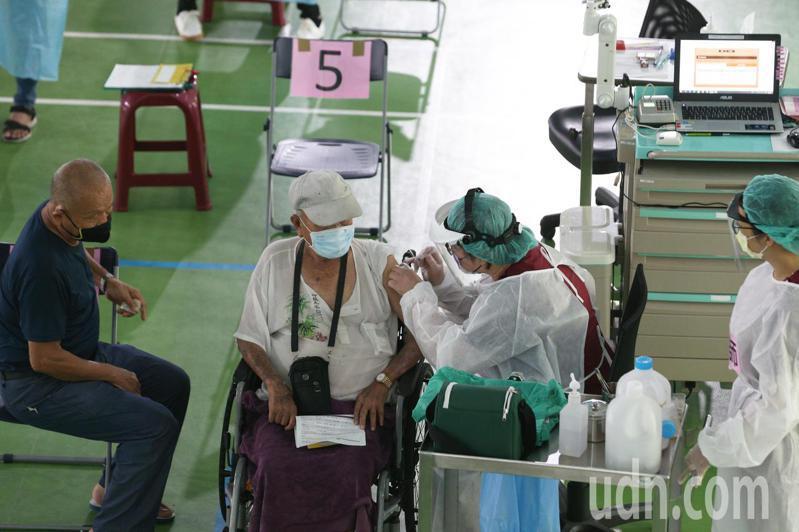 高雄出現緩打潮,鼓山中學疫苗站醫護工作人員一度比長者還多,座位區顯得空蕩。記者劉學聖/攝影