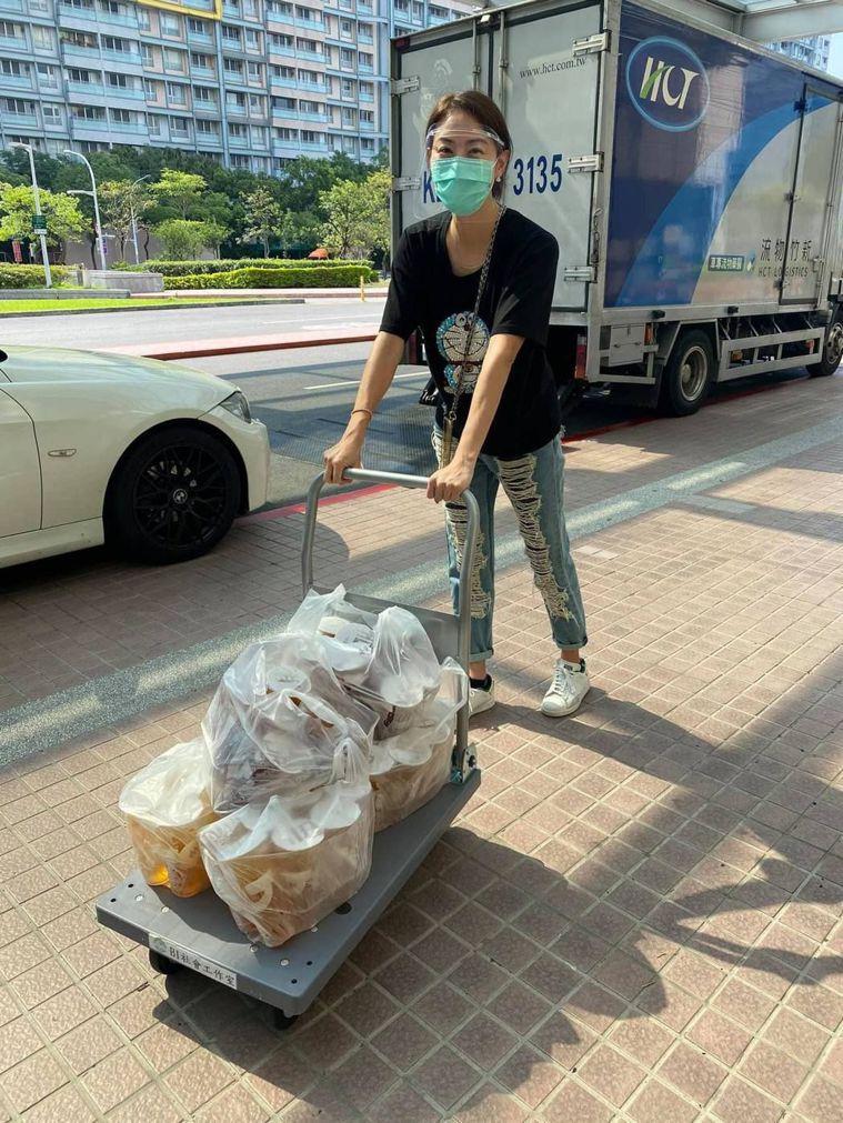 熱血藝人賈永婕近日火速募捐252台HFNC支援醫療前線。圖/翻攝自臉書