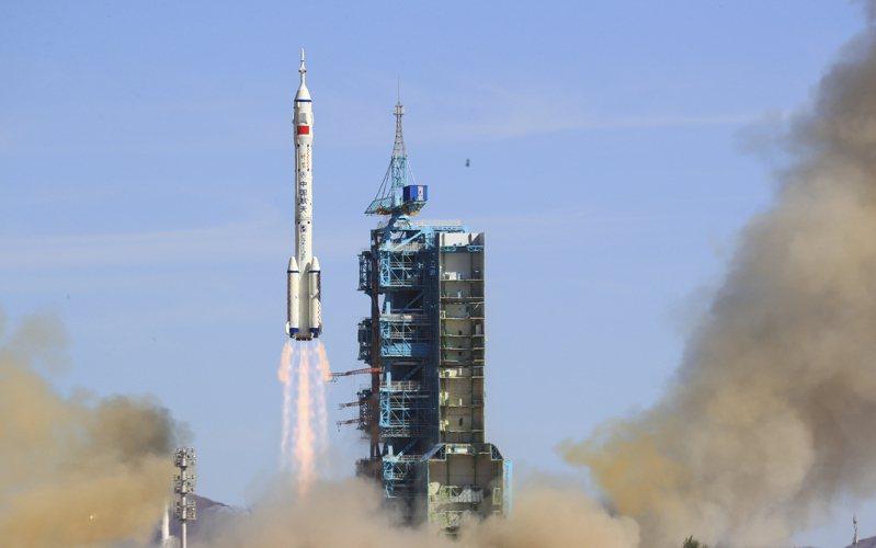 中國大陸今早發射神舟12號太空船,運載3名太空人進入「天宮號太空站」,展開3個月的太空實驗與生活。新華社