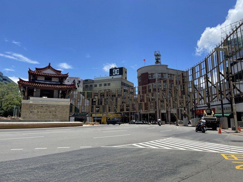 2021新竹光臨藝術節確定延後辦理,東門城圓環搭設棚架已經停工,暫時維持現狀。記者張裕珍/攝影