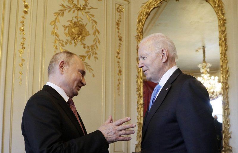 美國總統拜登與俄羅斯總統普亭16日在瑞士日內瓦進行任內第一次的面對面會談,肢體語言專家柯莫德指出,這張照片的普亭一如以往地放低下顎與注視,就像抬起頭可能讓他看來更矮與屈從,稱「我不由得感覺到,這場面看來像一家之主給予任性姪子柔和建議」。路透/TASS