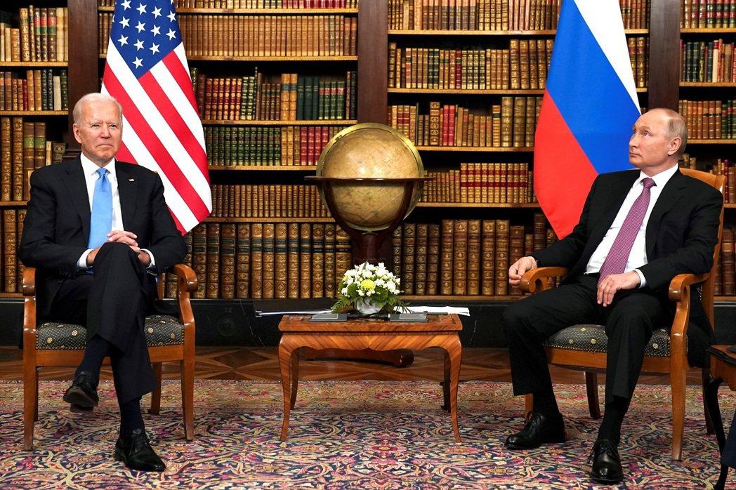 美國總統拜登與俄羅斯總統普亭16日在瑞士日內瓦進行任內第一次的面對面會談,肢體語...