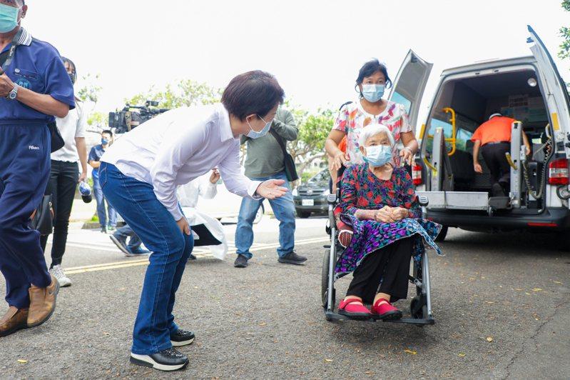台中市長盧秀燕下午在疫情記者會上表示,她一早到清水國中疫苗快打站,視察復康巴士接送長者。圖/台中市新聞局提供