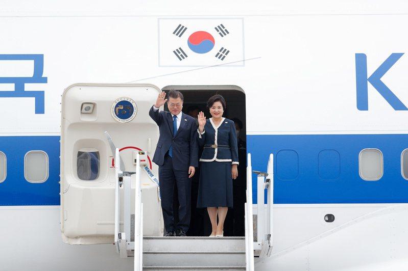 青瓦台國民溝通首席秘書官朴洙賢說,南韓連續2年受邀參加G7,顯見「國際上認定韓國是G8的地位」。圖為南韓總統文在寅夫妻抵達英國。路透