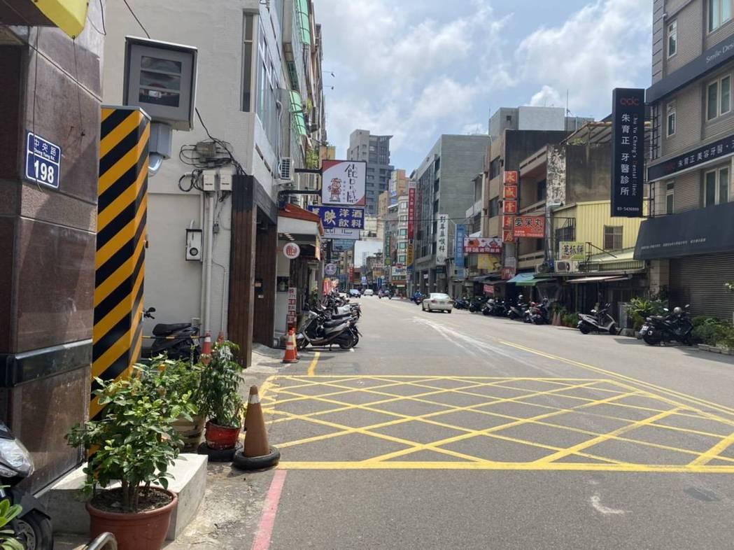 新竹市警方在中央路與民權、民生路口建置科技執法設備,包含測速照相。圖/警方提供