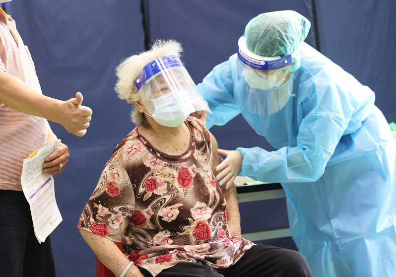 疫情警戒要降回二級,專家認為前提是醫護接種達七成、口罩及社交距離落實九成、老人全面接種、落實四大篩檢政策,後兩者還有相當距離。記者潘俊宏/攝影