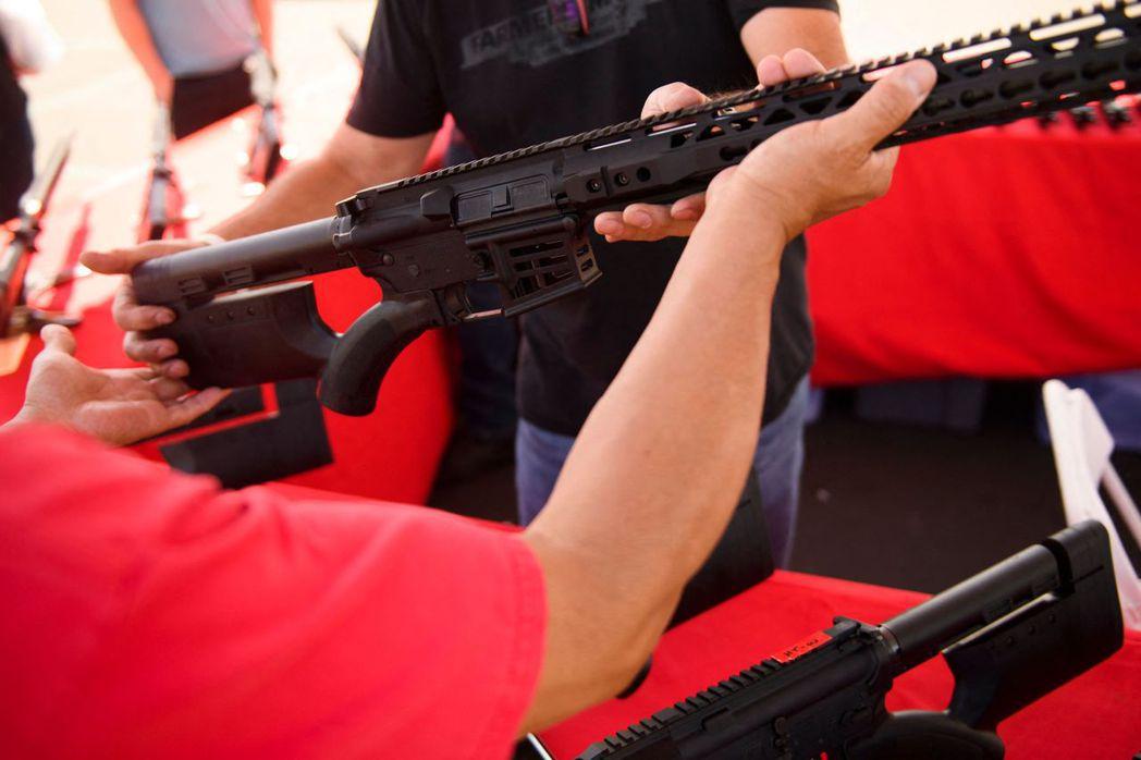 美國德州州長艾伯特十六日簽署一項法案,允許廿一歲以上、未被禁止擁槍的德州民眾不經...