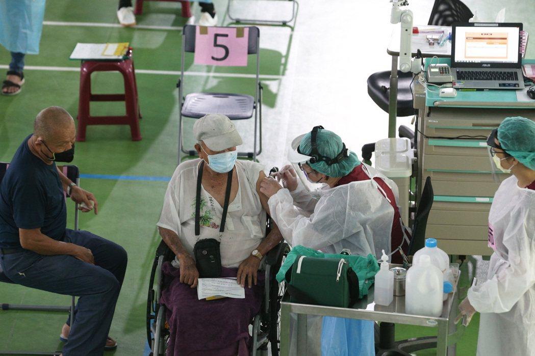 高雄一名91歲老翁打完疫苗後不適身亡,家屬已報案將循司法相驗程序解剖釐清死因。記...
