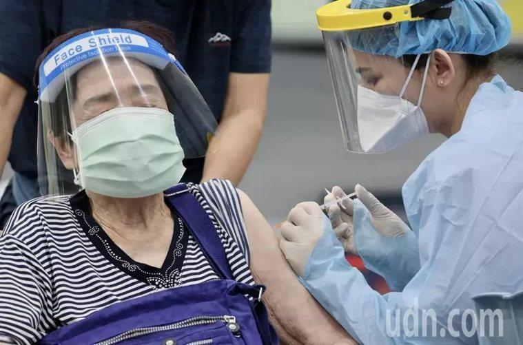 新北市汐止地區在秀峰高中體育館設置疫苗接種站。記者許正宏/攝影