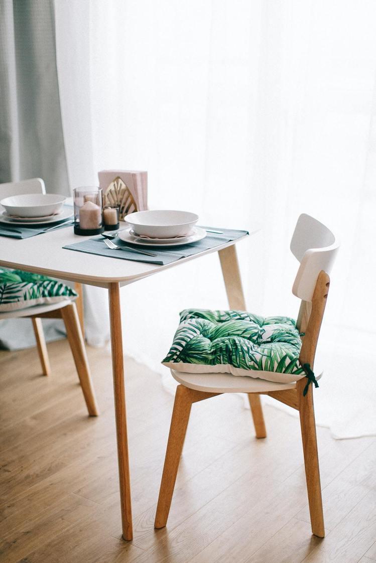 餐桌上可以增加餐墊、餐具風格,來讓吃飯更輕鬆。圖/摘自Pelexs