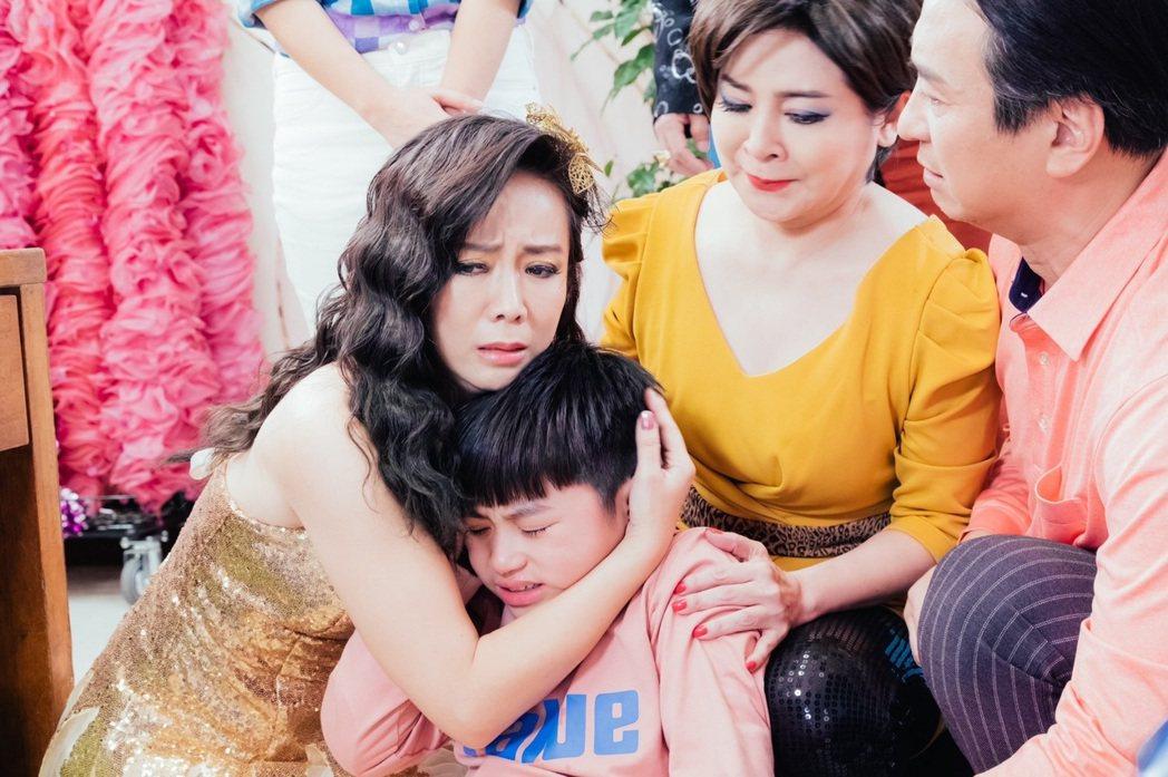 陳仙梅(左)在「黃金歲月」中飾演媽媽歌星孟娜。圖/民視提供
