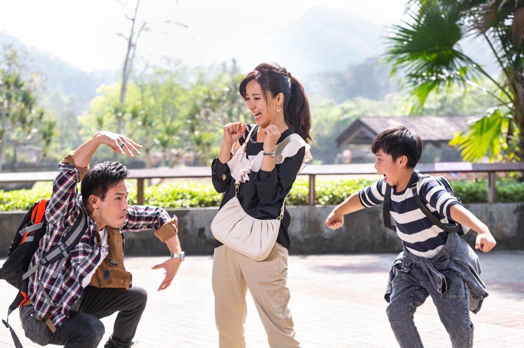 陳仙梅在「黃金歲月」中帶著劇中兒子與傅子純玩樂。圖/民視提供