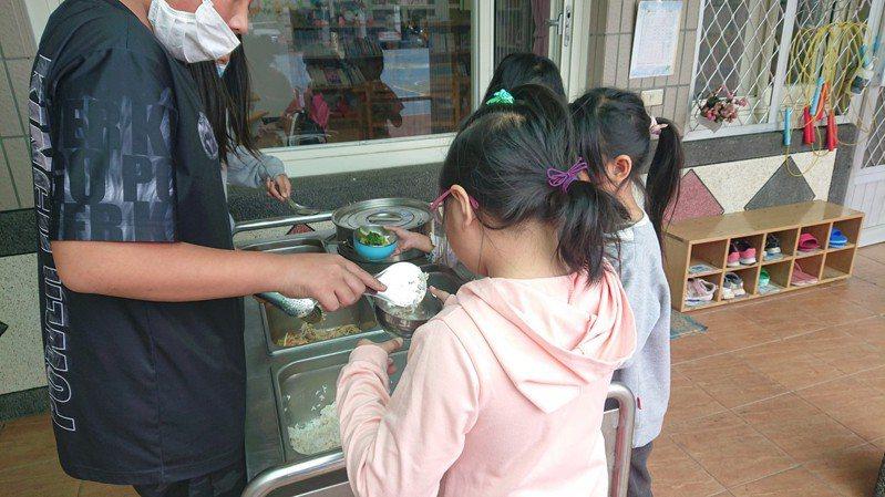 許多山區學校因路途遙遠,學校營養午餐食材無法天天配送,新鮮度打折扣。圖為桃園復興區巴崚國小營養午餐。圖/巴崚國小提供