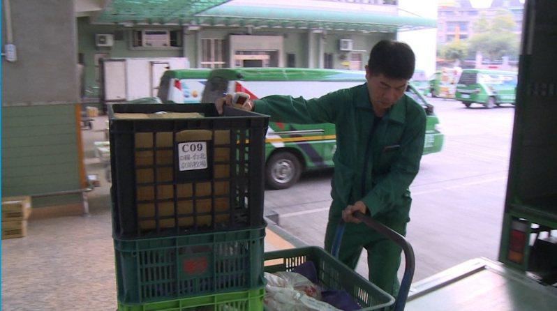 教育部國教署、成功大學與中華郵政去年9起合作,幫阿里山偏鄉學校運送食材,接起最後一哩路。圖/中華郵政提供