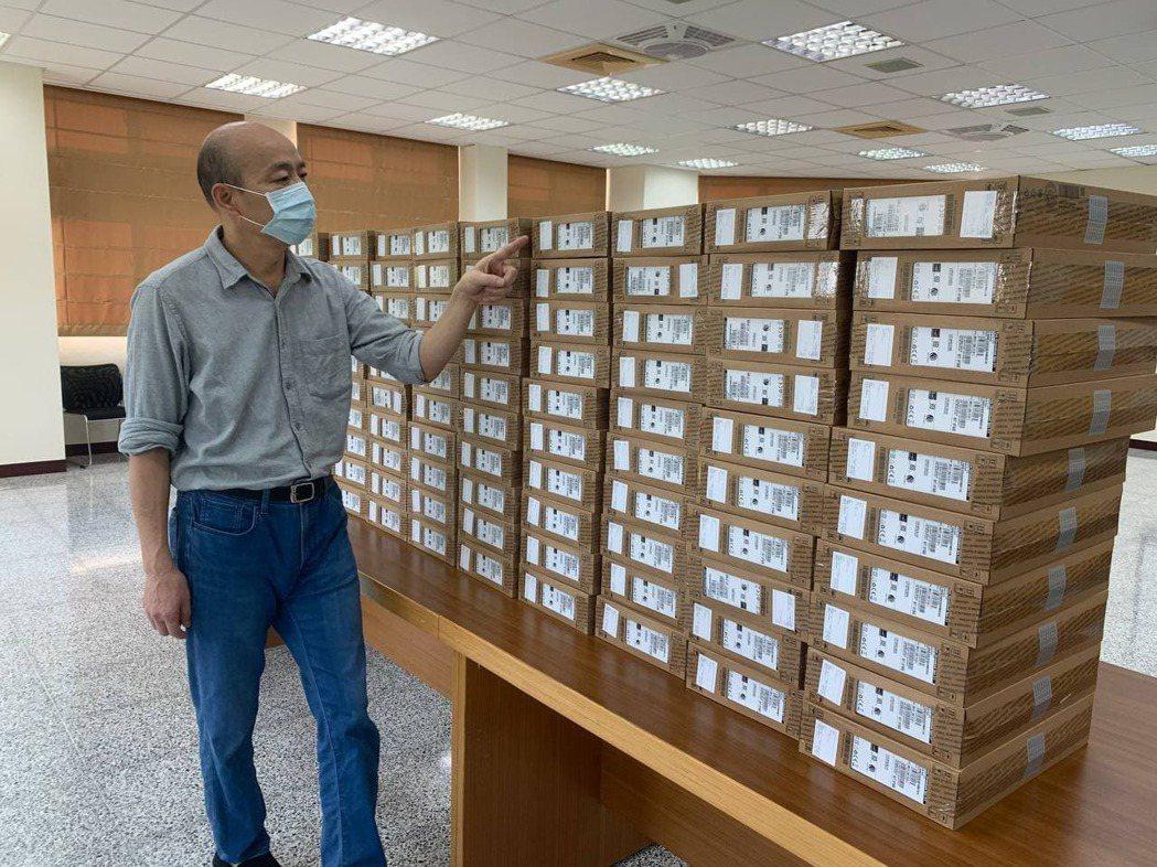 高雄市前市長韓國瑜捐贈偏鄉學生100台電腦。圖/取自韓國瑜臉書