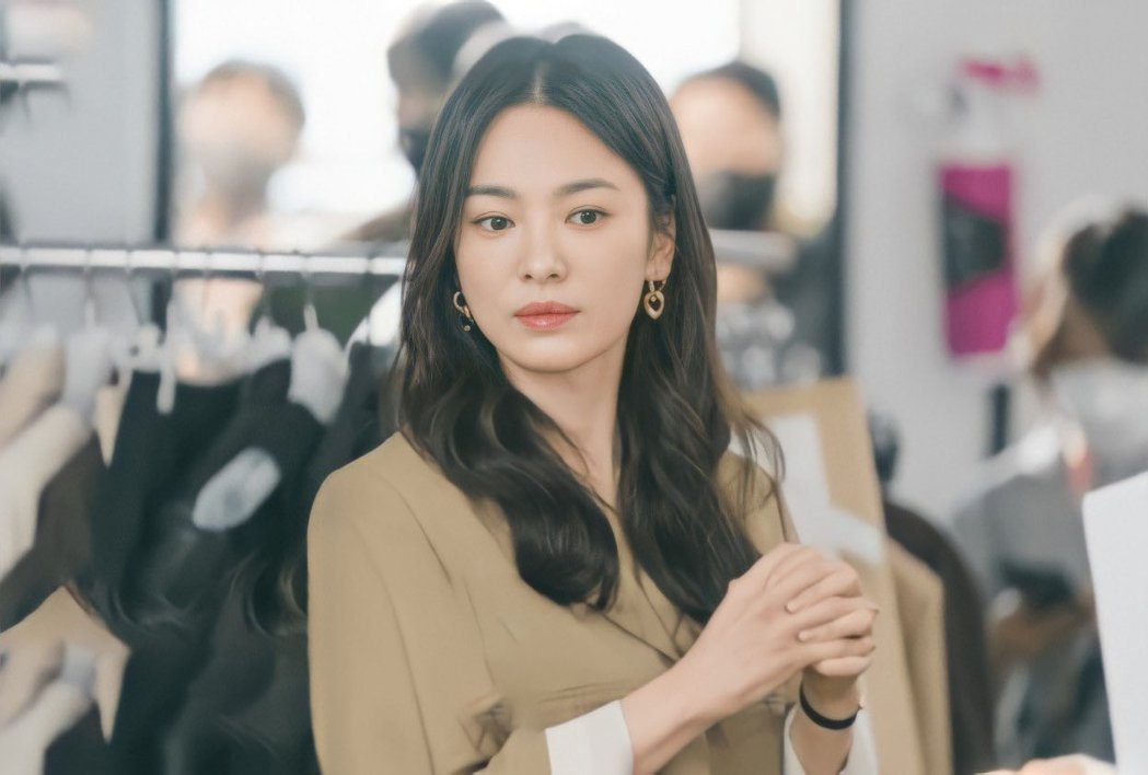 宋慧喬正在拍攝離婚後的首部戲劇「現在分手中」,扮演職場女強人。圖/摘自推特