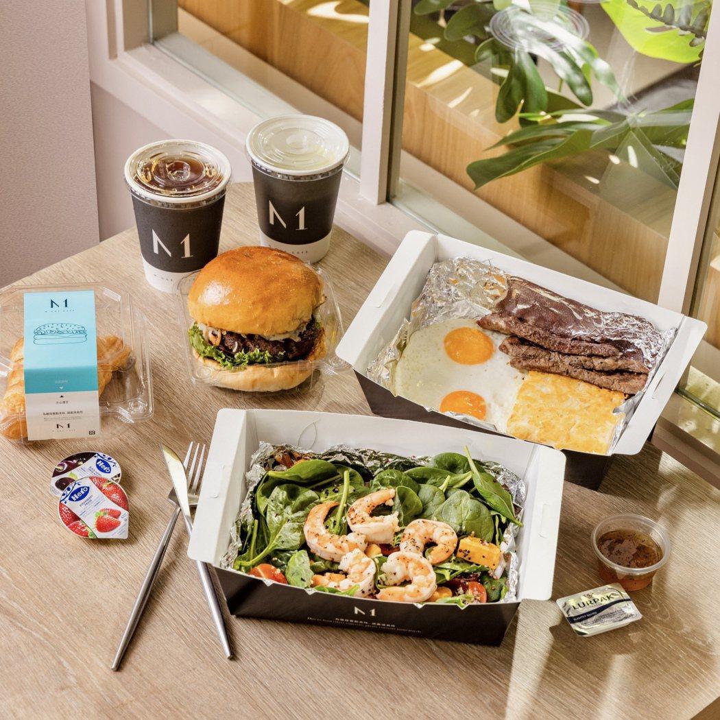M one 牛小排早餐520元、薯絲牛肉堡380元、藜麥時蔬沙拉+蝦520元(百...