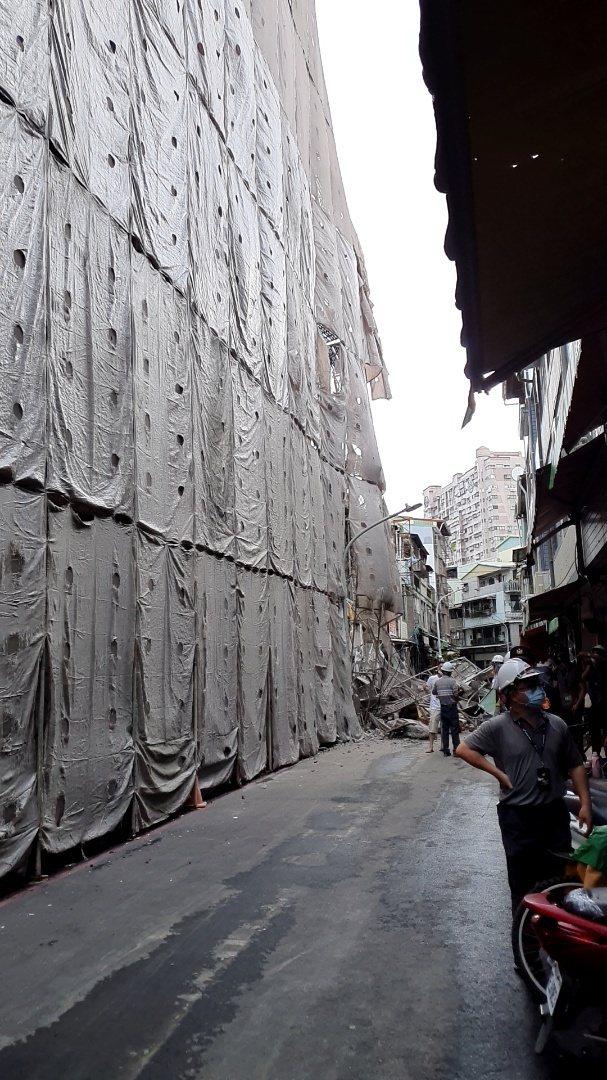 今日戲院舊址疑拆除不慎,屋突掉落,損及對街民宅,工務局依法開罰並勒令停工。圖/高雄市工務局提供