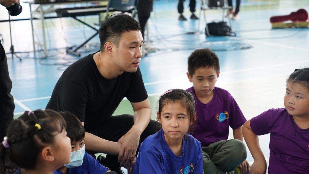 陳威全發起偏鄉創作營計畫,到偏鄉小學與孩童們分享音樂創作。圖/上行娛樂提供