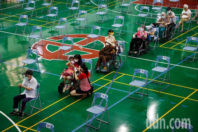 台中市西屯區中山國中快打站也參考日本宇美町式施打方式,並將動線規畫完備。記者黃仲裕/攝影