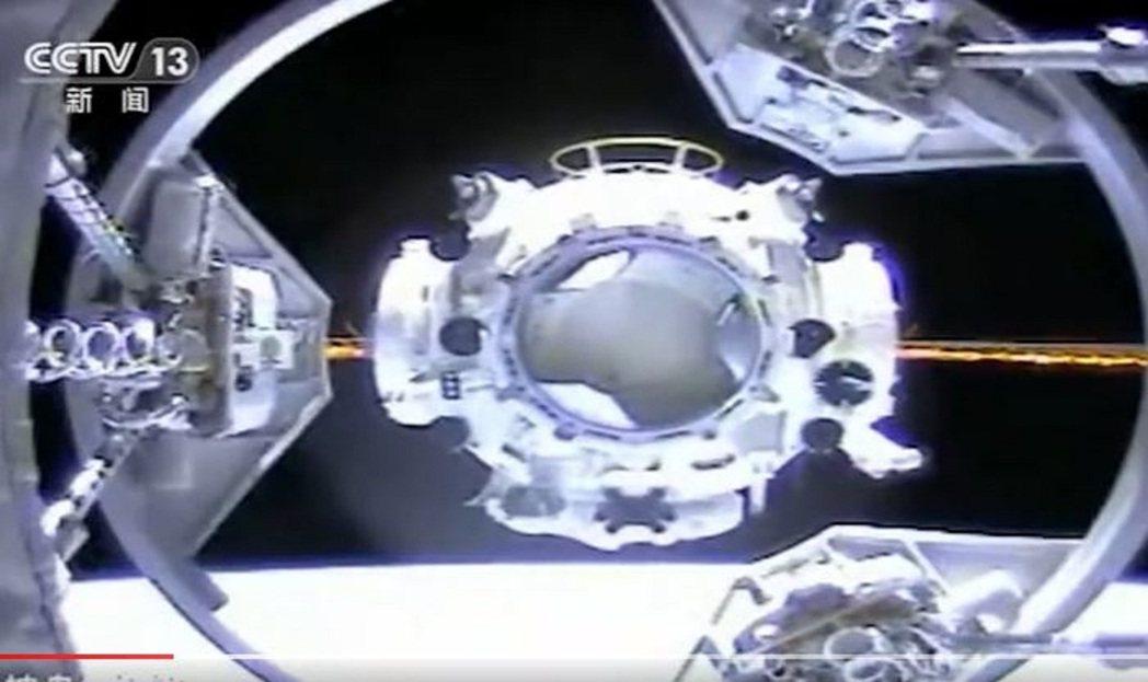 神舟12號在17日下午已和與「天宮號」太空站的「天和號」核心艙成功對接,整個交會...