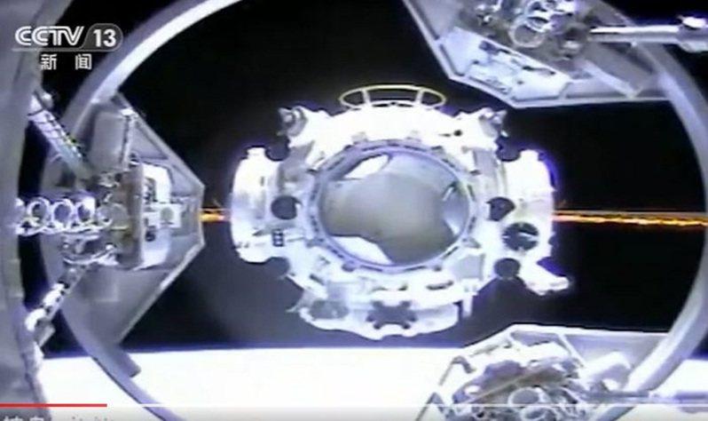神舟12號在17日下午已和與「天宮號」太空站的「天和號」核心艙成功對接,整個交會對接過程歷時約6.5小時。央視截圖