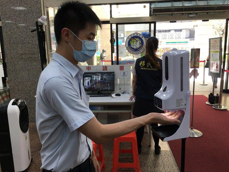 宗教人士捐贈體溫消毒一體機給移民署,希望在抗疫工作上盡心力。記者廖炳棋/翻攝