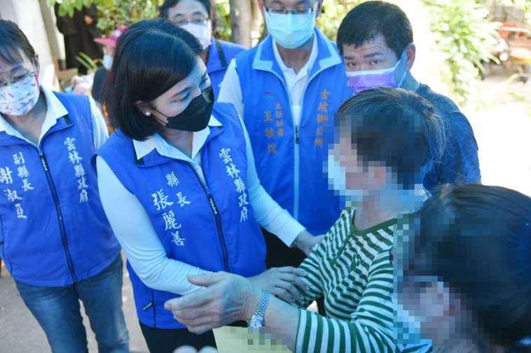 雲林縣副縣長謝淑亞(左一起)、縣長張麗善等人今天下午前往施打疫苗後死亡的86歲張...