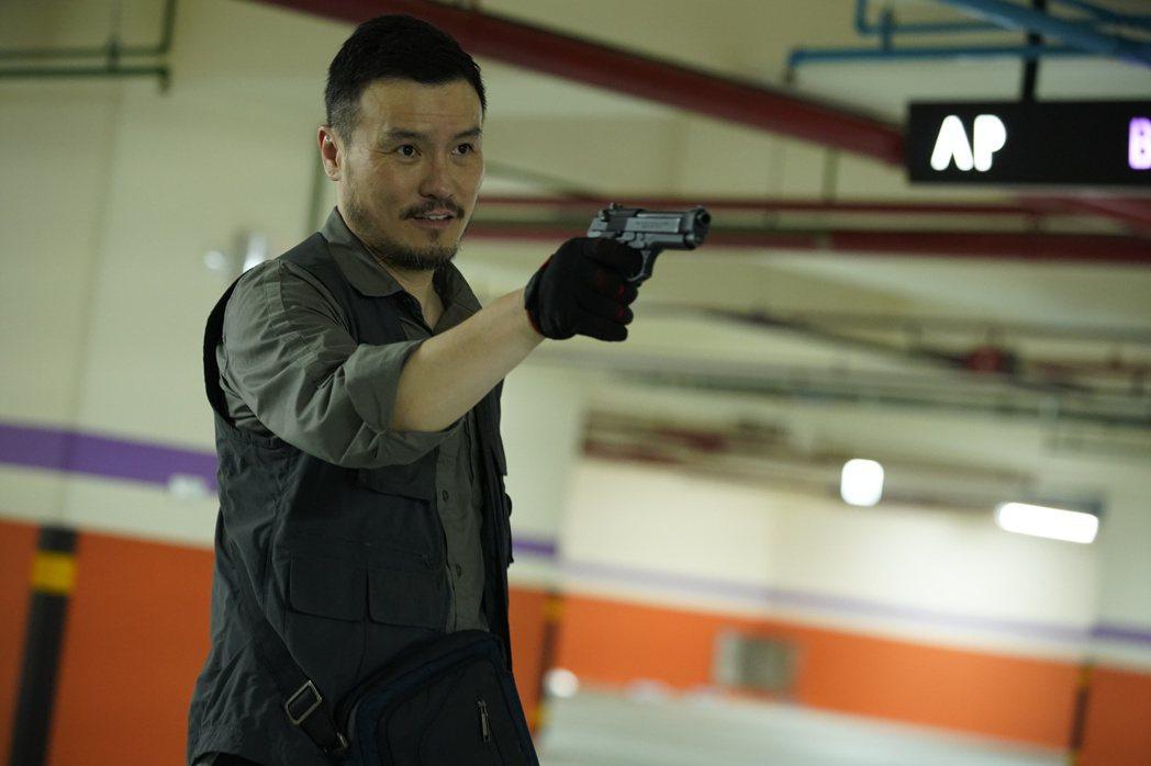 李銘忠在劇中飾演通緝犯,經常時不時拿槍指著別人,形容角色是史上最悲慘人物。圖/C...