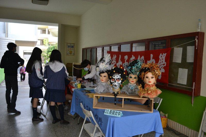 台南高中職面臨五專搶學生,除了努力辦學,也祭出入學獎勵措施,吸引學生來就讀。記者鄭惠仁/攝影