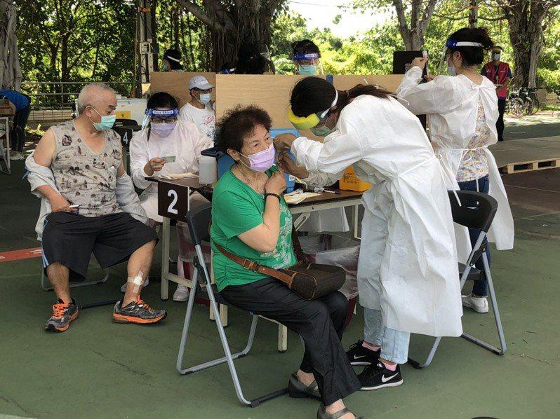 新竹市疫苗接種站今天早上休兵半天,下午2點準時替78歲至80歲長輩接種疫苗,據市府最新統計,6個站點總計替1620名長輩接種疫苗,疫苗報到施打率近70%。圖/新竹市政府提供