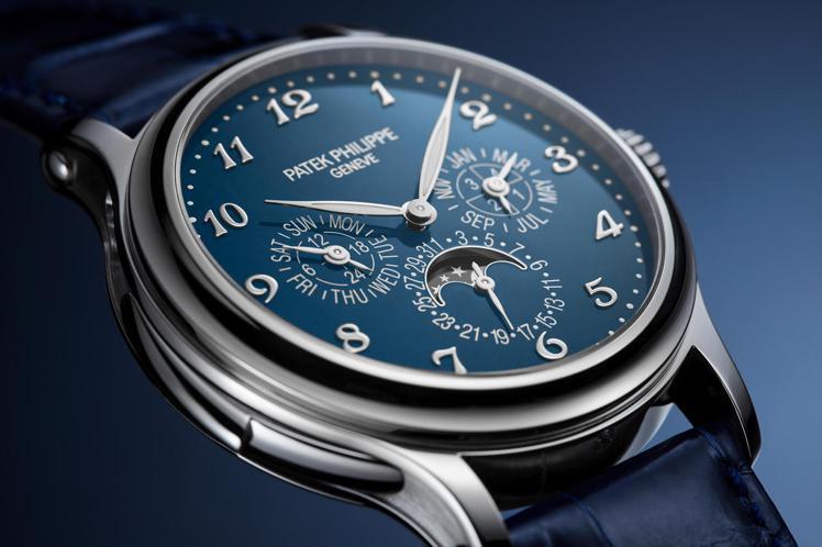 編號5374G-001三問萬年曆腕表,白金表殼配藍色大明火琺瑯表面,售價未定。圖...